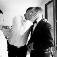 un marié se préparant avec son témoin