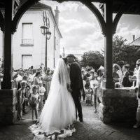 les mariés s'embrassent devant l'église de savigny le temple