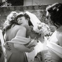 la mariée émue dans les bras de sa nièce