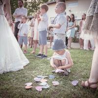 les enfants s'amusent pendant un mariage