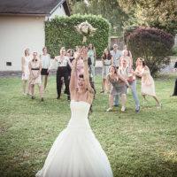la mariée lance son bouquet