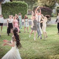 le lance de bouquet de la mariée