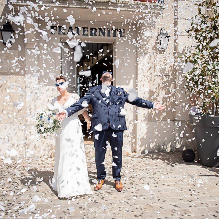 les mariés sous les pétales roses